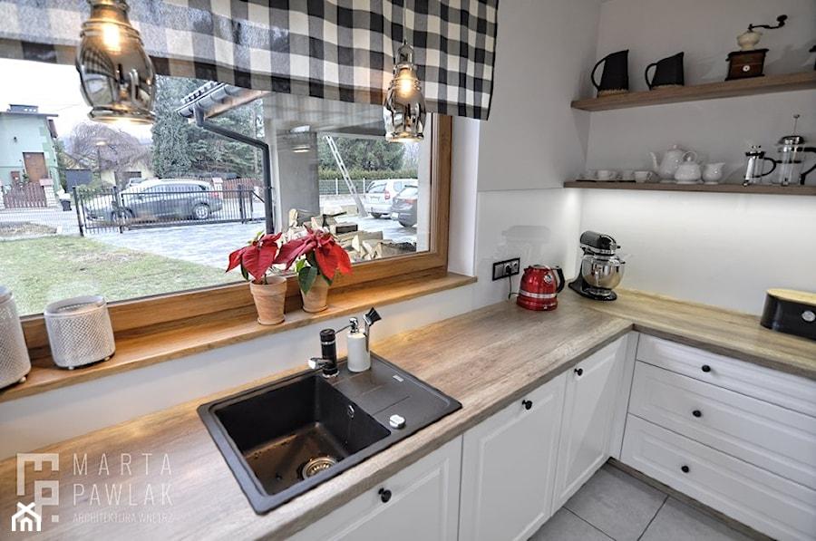 Dom parterowy Skoczów - Realizacja - Mała zamknięta biała kuchnia w kształcie litery l z oknem, styl prowansalski - zdjęcie od MARTA PAWLAK ARCHITEKTURA WNĘTRZ