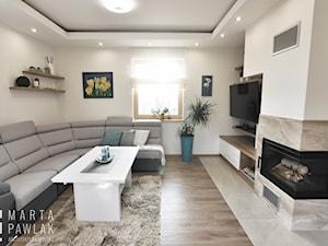 Dom Jednorodzinny Wisła 02 -realizacja - Mały szary biały salon, styl tradycyjny - zdjęcie od MARTA PAWLAK ARCHITEKTURA WNĘTRZ