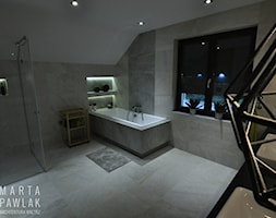 Dom Jednorodzinny Wisła - realizacja - Duża łazienka na poddaszu w domu jednorodzinnym z oknem, styl industrialny - zdjęcie od MARTA PAWLAK ARCHITEKTURA WNĘTRZ