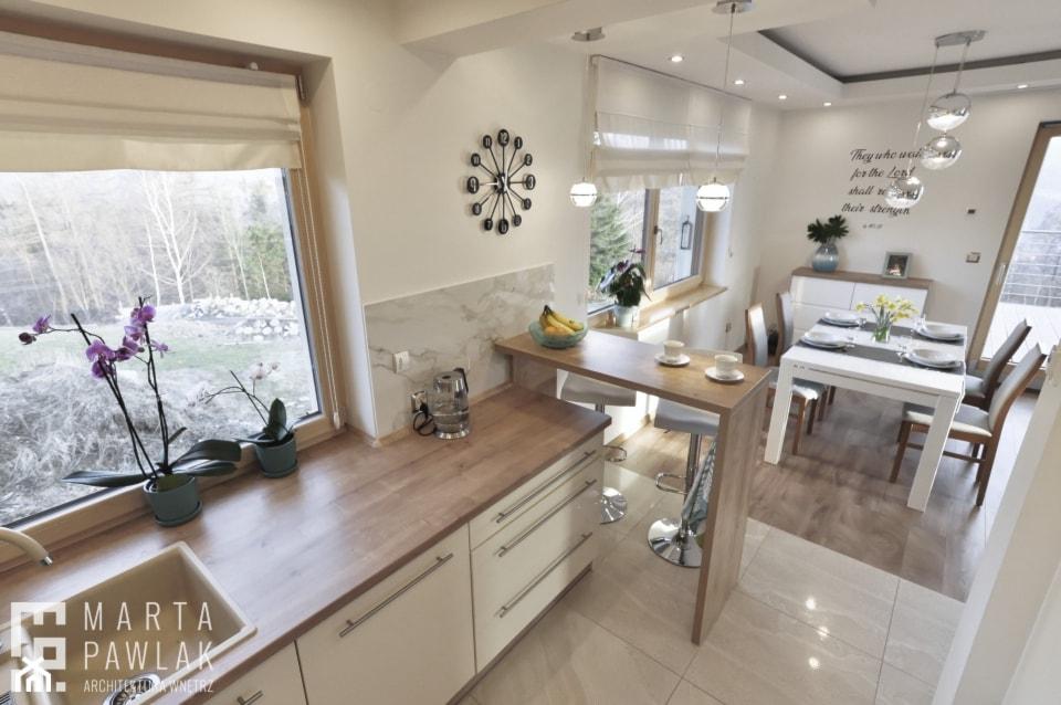 Dom Jednorodzinny Wisła 02 -realizacja - Średnia biała kuchnia jednorzędowa w aneksie z oknem, styl tradycyjny - zdjęcie od MARTA PAWLAK ARCHITEKTURA WNĘTRZ - Homebook