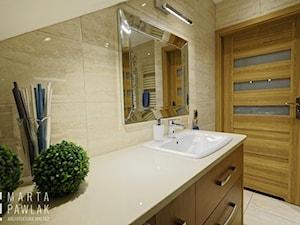 Mieszkanie na poddaszu Brenna - realizacja - Średnia biała beżowa łazienka na poddaszu jako salon kąpielowy, styl klasyczny - zdjęcie od MARTA PAWLAK ARCHITEKTURA WNĘTRZ