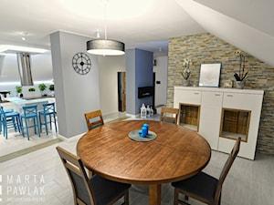 Dom jednorodzinny Pruchna - realizacja - Średnia otwarta beżowa szara jadalnia w salonie, styl skandynawski - zdjęcie od MARTA PAWLAK ARCHITEKTURA WNĘTRZ