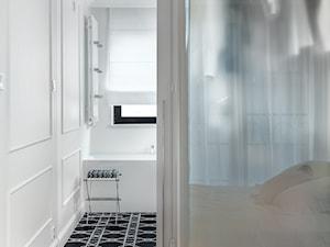 Dom w Gdyni 2017 - Mała biała sypialnia małżeńska z łazienką, styl klasyczny - zdjęcie od formativ. kasia i michał dudko