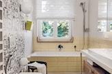biała roleta rzymska w łazience, beżowe kafelki w łazience, biała lampa ścienna kula