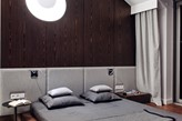 ściana z forniru w sypialni