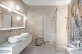 beżowe płytki podłogowe, biały blat łazienkowy, żarówka na kablu w łazience