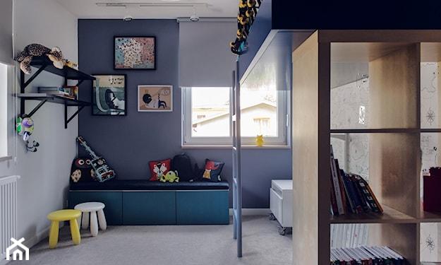 łóżko na antresoli w pokoju dziecka, kolorowe grafiki ozdobne