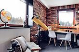 gabinet w stylu industrialnym, ceglana ściana, biały fotel, żółty teleskop, czarne biurko