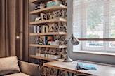 drewniane półki, metalowa lampa biurowa, beżowa zasłona, brązowe żaluzje wewnętrzne