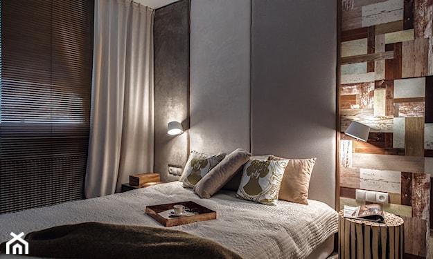 szare ściany w sypialni, drewniana taca, białe zasłony