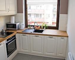 Średnia zamknięta biała beżowa brązowa kuchnia w kształcie litery l, styl rustykalny - zdjęcie od AC projekt