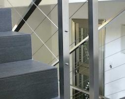 nierdzewna klatka schodowa - Średnie wąskie schody dwubiegowe drewniane, styl nowoczesny - zdjęcie od Pracownia Architektury Katarzyna Hermyt-Staszewska