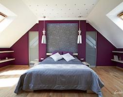 Przykładowe realizacje - Duża biała fioletowa sypialnia małżeńska na poddaszu, styl nowoczesny - zdjęcie od Golden Point