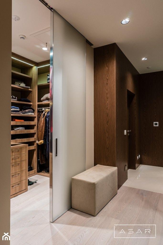 Dom Hamburg - Mała zamknięta garderoba przy sypialni, styl nowoczesny - zdjęcie od ASAR projekt