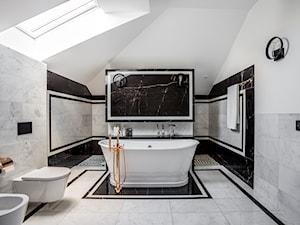 Rezydencja na skraju puszczy. - Średnia biała czarna szara łazienka na poddaszu w domu jednorodzinnym z oknem, styl klasyczny - zdjęcie od Fossil Studio