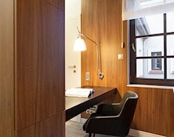dom 310 m2 - Małe brązowe biuro pracownia w pokoju, styl nowoczesny - zdjęcie od KREACJA PRZESTRZENI Anna Matuszewska-Janik