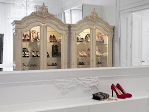 apartament w kamienicy - Mała zamknięta garderoba przy sypialni - zdjęcie od KREACJA PRZESTRZENI Anna Matuszewska-Janik