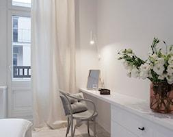 mieszkanie w kamienicy/46m2/Poznań - Mała biała sypialnia małżeńska z balkonem / tarasem - zdjęcie od KREACJA PRZESTRZENI Anna Matuszewska-Janik