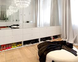 apartament w kamienicy - Średnia otwarta garderoba z oknem przy sypialni - zdjęcie od KREACJA PRZESTRZENI Anna Matuszewska-Janik