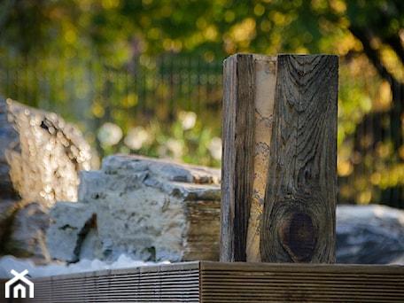 Aranżacje wnętrz - Ogród: Oświetlenie do ogrodu Wood Light 01 - Kamienie naturalne Chrobak. Przeglądaj, dodawaj i zapisuj najlepsze zdjęcia, pomysły i inspiracje designerskie. W bazie mamy już prawie milion fotografii!