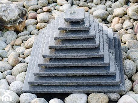 Aranżacje wnętrz - Ogród: Fontanna piramida - Kamienie naturalne Chrobak. Przeglądaj, dodawaj i zapisuj najlepsze zdjęcia, pomysły i inspiracje designerskie. W bazie mamy już prawie milion fotografii!