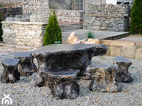 Aranżacje wnętrz - Ogród: Zestaw mebli ogrodowych .Wykonanych z kamienia naturalnego. - Kamienie naturalne Chrobak. Przeglądaj, dodawaj i zapisuj najlepsze zdjęcia, pomysły i inspiracje designerskie. W bazie mamy już prawie milion fotografii!