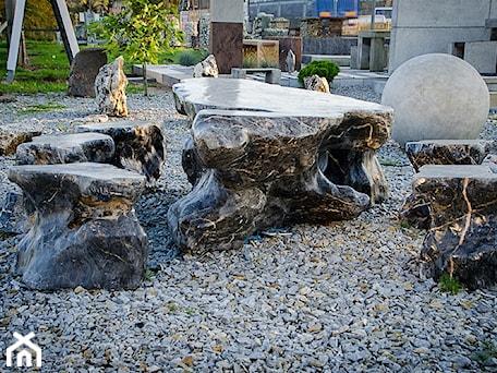 Aranżacje wnętrz - Ogród: Zestaw mebli ogrodowych wykonanych z kamienia naturalnego - Kamienie naturalne Chrobak. Przeglądaj, dodawaj i zapisuj najlepsze zdjęcia, pomysły i inspiracje designerskie. W bazie mamy już prawie milion fotografii!