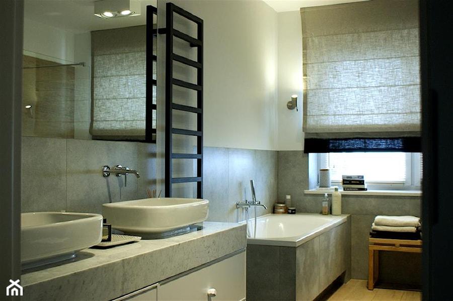 Szaro Biała łazienka Z Elementami Drewna Projekt Wnętrza