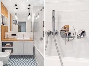 MIESZKANIE GDAŃSK WRZESZCZ - Mała biała łazienka na poddaszu w bloku w domu jednorodzinnym bez okna, styl skandynawski - zdjęcie od D-ZONE