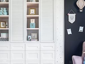 MIESZKANIE GDAŃSK WRZESZCZ - Mały biały czarny pokój dziecka dla chłopca dla dziewczynki dla nastolatka, styl skandynawski - zdjęcie od D-ZONE
