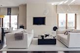 białe sofy, czarny stolik kawowy, biały dywanik