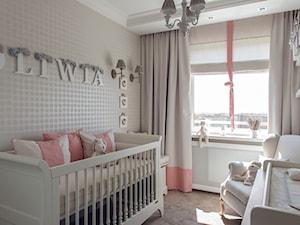 Mieszkanie w Gdańsku - konkurs - Mały biały beżowy pokój dziecka dla dziewczynki dla niemowlaka, styl klasyczny - zdjęcie od D-ZONE