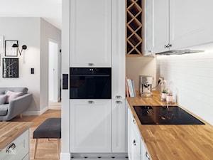 MIESZKANIE GDAŃSK WRZESZCZ - Mała otwarta beżowa kuchnia w kształcie litery g w aneksie, styl skandynawski - zdjęcie od D-ZONE
