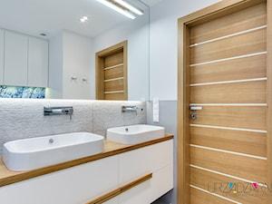 | PENTHOUSE Z TRÓJKĄTAMI | - Mała biała łazienka w bloku w domu jednorodzinnym bez okna - zdjęcie od URZĄDZARNIA Marta Lebiedzińska