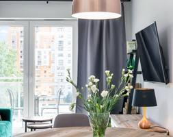 | MIEJSKA DŻUNGLA | - Mały szary salon z jadalnią z tarasem / balkonem - zdjęcie od URZĄDZARNIA Marta Lebiedzińska