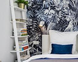 | POD PAPUGAMI | - Mała biała sypialnia, styl art deco - zdjęcie od URZĄDZARNIA Marta Lebiedzińska