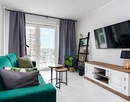 | MIEJSKA DŻUNGLA | - Mały szary salon z tarasem / balkonem - zdjęcie od URZĄDZARNIA Marta Lebiedzińska