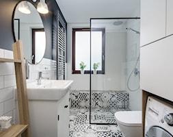 | HARMONIJNY MELANŻ | - Średnia biała czarna łazienka w bloku w domu jednorodzinnym z oknem, styl eklektyczny - zdjęcie od URZĄDZARNIA Marta Lebiedzińska