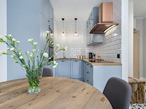   MIEJSKA DŻUNGLA   - Mała wąska biała kuchnia w kształcie litery u w aneksie - zdjęcie od URZĄDZARNIA Marta Lebiedzińska