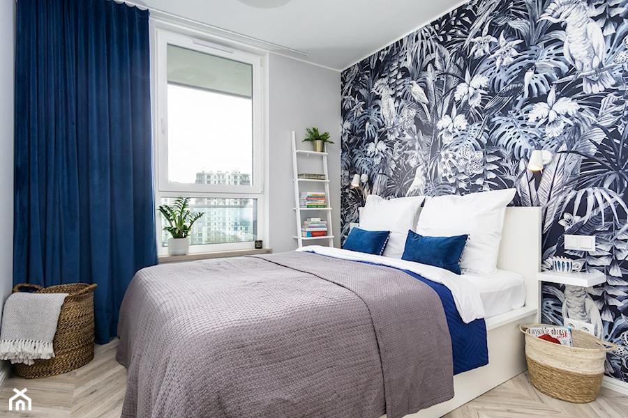 | POD PAPUGAMI | - Mała biała niebieska sypialnia małżeńska, styl art deco - zdjęcie od URZĄDZARNIA Marta Lebiedzińska