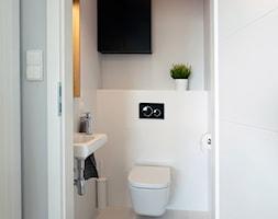 | PEPITKA I MIEDŹ | - Mała biała łazienka, styl minimalistyczny - zdjęcie od URZĄDZARNIA Marta Lebiedzińska