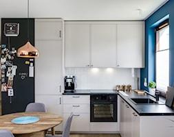   HARMONIJNY MELANŻ   - Średnia otwarta szara czarna niebieska kuchnia w kształcie litery l z oknem, styl eklektyczny - zdjęcie od URZĄDZARNIA Marta Lebiedzińska