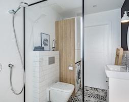   HARMONIJNY MELANŻ   - Średnia biała czarna łazienka w bloku w domu jednorodzinnym bez okna, styl eklektyczny - zdjęcie od URZĄDZARNIA Marta Lebiedzińska