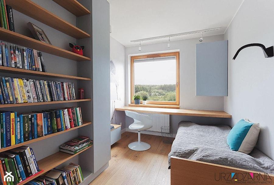 | SZARO NA TANECZNEJ | - Mały szary pokój dziecka dla chłopca dla dziewczynki dla ucznia dla malucha dla nastolatka, styl minimalistyczny - zdjęcie od URZĄDZARNIA Marta Lebiedzińska