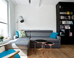 | PEPITKA I MIEDŹ | - Mały szary biały salon, styl eklektyczny - zdjęcie od URZĄDZARNIA Marta Lebiedzińska
