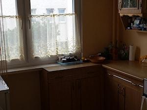 metamorfoza mieszkania, mieszkanie na wynajem - Mała zamknięta wąska pomarańczowa kuchnia w kształcie litery u dwurzędowa z oknem - zdjęcie od NMagdalena