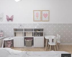 Kobiece mieszkanie w Poznaniu | Pokój Córki | 60m2 - Średni biały szary beżowy pokój dziecka dla dziewczynki dla malucha, styl nowoczesny - zdjęcie od VERY Interior Design - Projektowanie Wnętrz