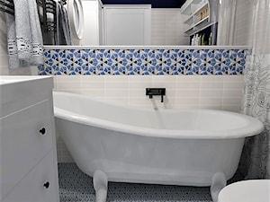 Łazienka 03 - Mała biała niebieska łazienka na poddaszu w bloku w domu jednorodzinnym bez okna, styl eklektyczny - zdjęcie od BIUROMETRY Szczecin architektura i wnętrza