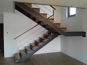 schody na konstrukcji stalowej - Średnie wąskie schody dwubiegowe drewniane metalowe, styl nowoczesny - zdjęcie od Kambium-Schody