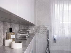 Giserska - Mała szara łazienka w bloku w domu jednorodzinnym z oknem, styl nowoczesny - zdjęcie od na-antresoli